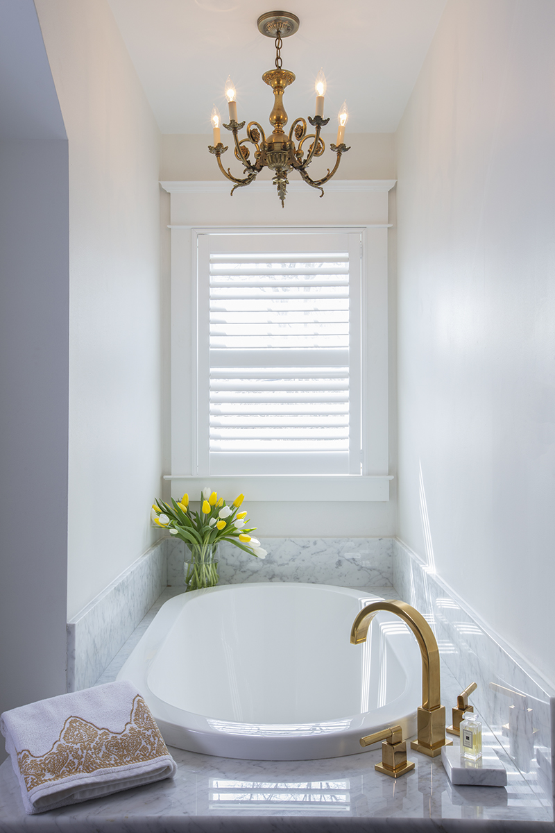 Beautiful Cottage in Linstead Window Over Tub